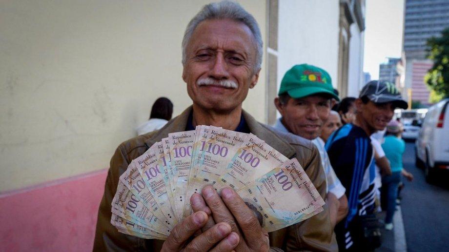 Энг каттаси «ярим доллар»: гиперинфляцияни бошдан ўтказаётган Венесуэла янги пулларини чиқарди