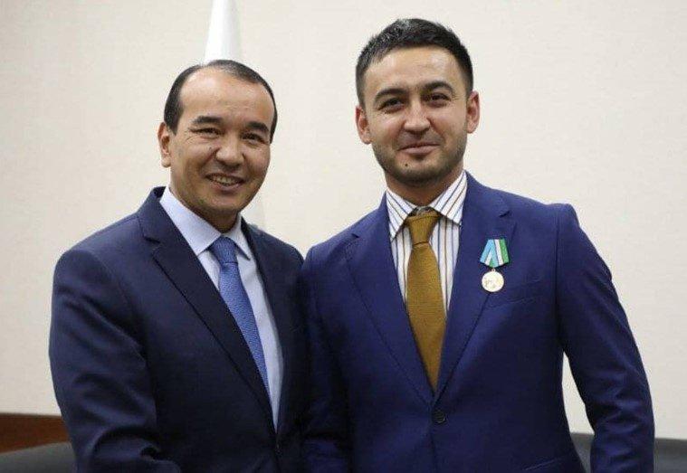 Ozodbek Nazarbekov Davron Kabulovga mukofotni topshirdi