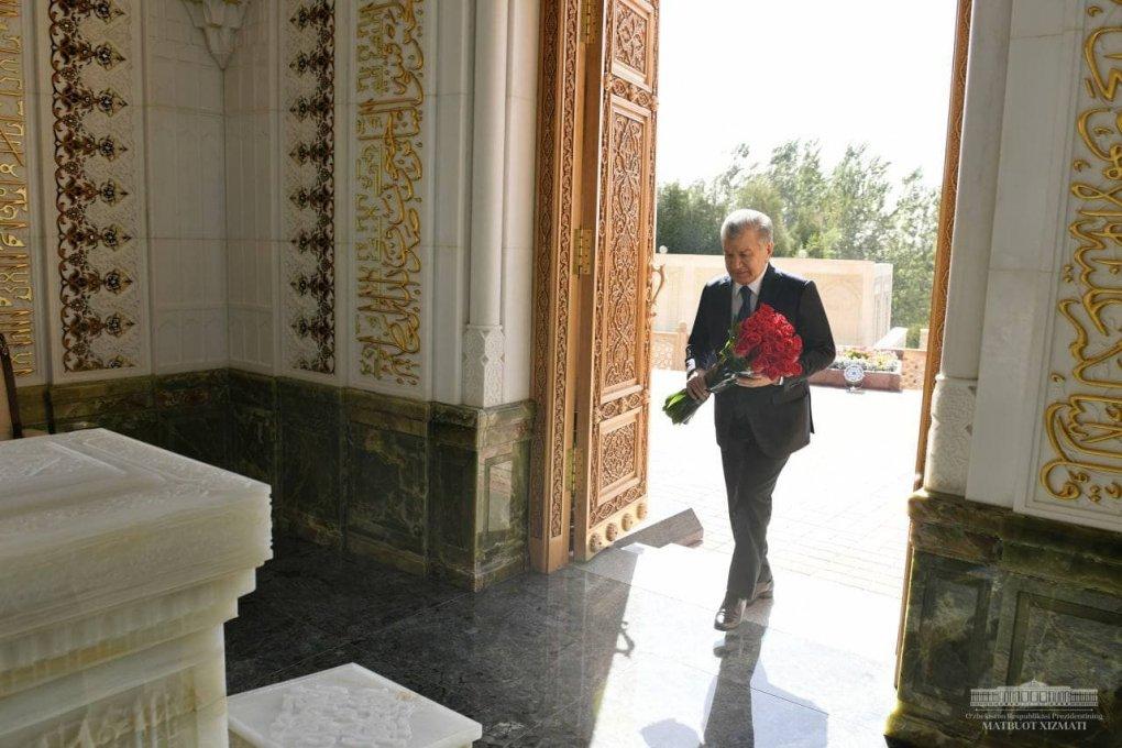 Шавкат Мирзиёев Ўзбекистоннинг Биринчи Президенти Ислом Каримов қабрини зиёрат қилди